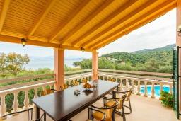 Обеденная зона. Греция, Каламаки : Прекрасная вилла недалеко от пляжа с бассейном и видом на море, 8 спален, 5 ванных комнат, барбекю, парковка, Wi-Fi