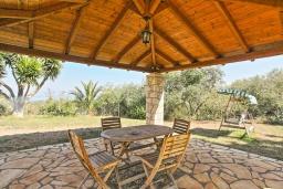 Обеденная зона. Греция, Каламаки : Прекрасная вилла с бассейном и зеленым двориком с барбекю, 4 спальни, 4 ванные комнаты, парковка, Wi-Fi