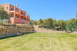 Территория. Греция, Каламаки : Прекрасная вилла с бассейном и зеленым двориком с барбекю, 4 спальни, 4 ванные комнаты, парковка, Wi-Fi