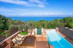 Бассейн. Греция, Карниарис : Уютная вилла с бассейном и видом на море, 2 спальни, 2 ванные комнаты, барбекю, парковка, Wi-Fi