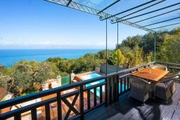 Балкон. Греция, Карниарис : Уютная вилла с бассейном и видом на море, 2 спальни, 2 ванные комнаты, барбекю, парковка, Wi-Fi