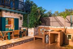Территория. Греция, Карниарис : Уютная вилла с бассейном и видом на море, 2 спальни, 2 ванные комнаты, барбекю, парковка, Wi-Fi