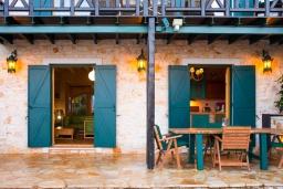 Фасад дома. Греция, Карниарис : Уютная вилла с бассейном и видом на море, 2 спальни, 2 ванные комнаты, барбекю, парковка, Wi-Fi
