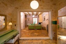 Гостиная. Греция, Карниарис : Уютная вилла с бассейном и видом на море, 2 спальни, 2 ванные комнаты, барбекю, парковка, Wi-Fi