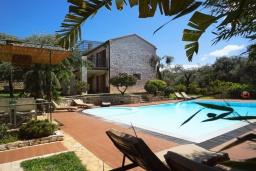 Фасад дома. Греция, Карниарис : Уютная вилла с бассейном и видом на море, 6 спален, 4 ванные комнаты, барбекю, парковка, Wi-Fi