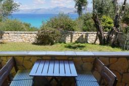Обеденная зона. Греция, Карниарис : Уютная вилла с бассейном и видом на море, 6 спален, 4 ванные комнаты, барбекю, парковка, Wi-Fi