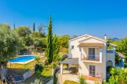 Фасад дома. Греция, Рода : Роскошная вилла с бассейном и зеленым двориком с барбекю, 3 спальни, 2 ванные комнаты, парковка, Wi-Fi