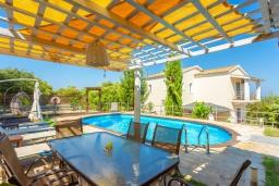 Обеденная зона. Греция, Рода : Роскошная вилла с бассейном и зеленым двориком с барбекю, 3 спальни, 2 ванные комнаты, парковка, Wi-Fi