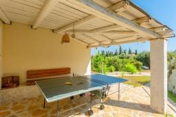 Терраса. Греция, Рода : Роскошная вилла с бассейном и зеленым двориком с барбекю, 3 спальни, 2 ванные комнаты, парковка, Wi-Fi