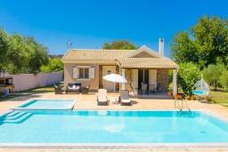 Фасад дома. Греция, Рода : Уютная вилла с бассейном и двориком с барбекю, 2 спальни, парковка, Wi-Fi