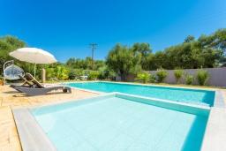Бассейн. Греция, Рода : Уютная вилла с бассейном и двориком с барбекю, 2 спальни, парковка, Wi-Fi