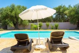 Зона отдыха у бассейна. Греция, Рода : Уютная вилла с бассейном и двориком с барбекю, 2 спальни, парковка, Wi-Fi