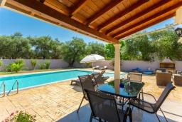 Обеденная зона. Греция, Рода : Уютная вилла с бассейном и двориком с барбекю, 2 спальни, парковка, Wi-Fi