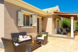 Патио. Греция, Рода : Уютная вилла с бассейном и двориком с барбекю, 2 спальни, парковка, Wi-Fi