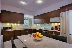 Кухня. Греция, Айя Пелагия : Роскошная вилла в приватном комплексе с большим бассейном и видом на море, 3 спальни, 3 ванные комнаты, парковка, Wi-Fi