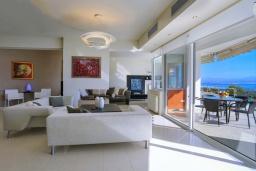 Гостиная. Греция, Айя Пелагия : Роскошная вилла в приватном комплексе с большим бассейном и видом на море, 3 спальни, 3 ванные комнаты, парковка, Wi-Fi