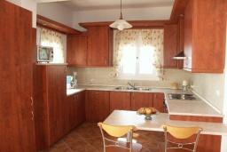 Кухня. Греция, Превели : Прекрасная вилла с бассейном и видом на море, 50 метров до пляжа, 2 спальни, 2 ванные комнаты, парковка, Wi-Fi