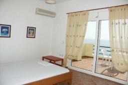 Спальня. Греция, Превели : Прекрасная вилла с бассейном и видом на море, 50 метров до пляжа, 2 спальни, 2 ванные комнаты, парковка, Wi-Fi