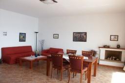 Гостиная. Греция, Превели : Прекрасная вилла с бассейном и видом на море, 50 метров до пляжа, 2 спальни, 2 ванные комнаты, парковка, Wi-Fi