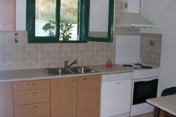 Кухня. Греция, Превели : Прекрасная вилла с зеленым двориком и видом на море, 20 метров до пляжа, 2 спальни, барбекю, парковка, Wi-Fi