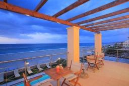Терраса. Греция, Ретимно : Роскошная пляжная вилла с бассейном и игровой комнатой, 6 спален, 4 ванные комнаты, парковка, Wi-Fi
