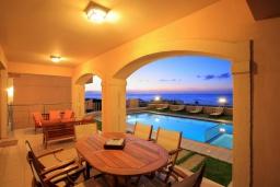 Патио. Греция, Ретимно : Роскошная пляжная вилла с бассейном и игровой комнатой, 6 спален, 4 ванные комнаты, парковка, Wi-Fi