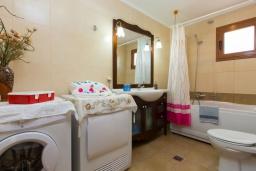 Ванная комната. Греция, Превели : Прекрасная вилла с бассейном и зеленым двориком, 2 спальни, барбекю, парковка, Wi-Fi