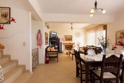 Гостиная. Греция, Превели : Прекрасная вилла с бассейном и зеленым двориком, 2 спальни, барбекю, парковка, Wi-Fi