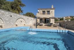 Фасад дома. Греция, Скалета : Сказочная вилла с 3 спальнями, с бассейном с джакузи, тенистой террасой с патио и барбекю, расположена в красивой маленькой деревушке Asteri в окружении оливковых рощ