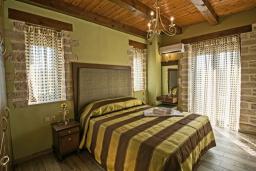 Спальня. Греция, Скалета : Сказочная вилла с 3 спальнями, с бассейном с джакузи, тенистой террасой с патио и барбекю, расположена в красивой маленькой деревушке Asteri в окружении оливковых рощ