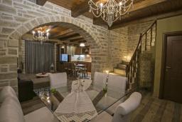 Обеденная зона. Греция, Скалета : Сказочная вилла с 3 спальнями, с бассейном с джакузи, тенистой террасой с патио и барбекю, расположена в красивой маленькой деревушке Asteri в окружении оливковых рощ