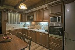 Кухня. Греция, Скалета : Сказочная вилла с 3 спальнями, с бассейном с джакузи, тенистой террасой с патио и барбекю, расположена в красивой маленькой деревушке Asteri в окружении оливковых рощ