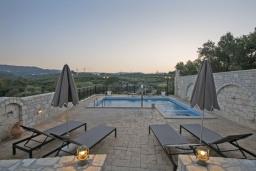 Бассейн. Греция, Скалета : Сказочная вилла с 3 спальнями, с бассейном с джакузи, тенистой террасой с патио и барбекю, расположена в красивой маленькой деревушке Asteri в окружении оливковых рощ
