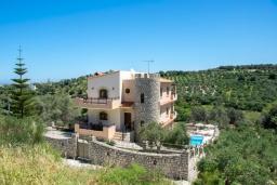 Фасад дома. Греция, Аделе : Роскошная вилла с бассейном и теннисным кортом, 4 спальни, 4 ванные комнаты, барбекю, парковка, Wi-Fi