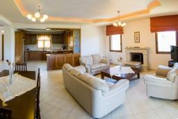 Гостиная. Греция, Аделе : Роскошная вилла с бассейном и теннисным кортом, 4 спальни, 4 ванные комнаты, барбекю, парковка, Wi-Fi
