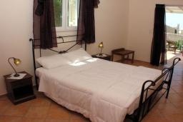 Спальня. Греция, Аделе : Шикарная вилла с бассейном и зеленым двориком с барбекю, 4 спальни, 4 ванные комнаты, джакузи, парковка, Wi-Fi