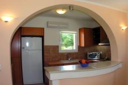 Кухня. Греция, Аделе : Шикарная вилла с бассейном и зеленым двориком с барбекю, 4 спальни, 4 ванные комнаты, джакузи, парковка, Wi-Fi