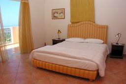 Спальня 2. Греция, Аделе : Шикарная вилла с бассейном и зеленым двориком с барбекю, 4 спальни, 4 ванные комнаты, джакузи, парковка, Wi-Fi