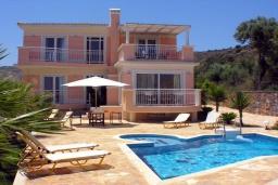 Фасад дома. Греция, Аделе : Шикарная вилла с бассейном и зеленым двориком с барбекю, 4 спальни, 4 ванные комнаты, джакузи, парковка, Wi-Fi