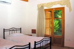 Спальня 3. Греция, Аделе : Шикарная вилла с бассейном и зеленым двориком с барбекю, 3 спальни, 3 ванные комнаты, парковка, Wi-Fi