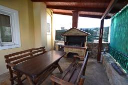 Терраса. Греция, Коккино Хорио : Прекрасная вилла с бассейном и двориком с барбекю, 2 спальни, 2 ванные комнаты, парковка, Wi-Fi