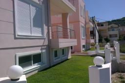 Фасад дома. Греция, Коккино Хорио : Прекрасная вилла с зеленым двориком недалеко от пляжа, 2 спальни, 2 ванные комнаты, парковка, Wi-Fi