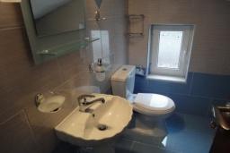 Ванная комната. Греция, Коккино Хорио : Прекрасная вилла с зеленым двориком недалеко от пляжа, 2 спальни, 2 ванные комнаты, парковка, Wi-Fi