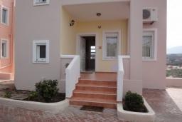Вход. Греция, Коккино Хорио : Прекрасная вилла с зеленым двориком недалеко от пляжа, 2 спальни, 2 ванные комнаты, парковка, Wi-Fi