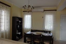 Обеденная зона. Греция, Коккино Хорио : Прекрасная вилла с зеленым двориком недалеко от пляжа, 2 спальни, 2 ванные комнаты, парковка, Wi-Fi