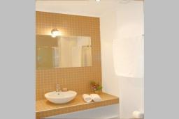 Ванная комната. Греция, Коккино Хорио : Прекрасная вилла с бассейном в 50 метрах от моря, 3 спальни, 2 ванные комнаты, барбекю, парковка, Wi-Fi