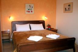 Спальня. Греция, Коккино Хорио : Прекрасная вилла с бассейном в 50 метрах от моря, 3 спальни, 2 ванные комнаты, барбекю, парковка, Wi-Fi