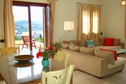 Гостиная. Греция, Коккино Хорио : Прекрасная вилла с бассейном в 50 метрах от моря, 3 спальни, 2 ванные комнаты, барбекю, парковка, Wi-Fi