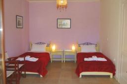 Спальня 2. Греция, Коккино Хорио : Прекрасная вилла с бассейном в 50 метрах от моря, 3 спальни, 2 ванные комнаты, барбекю, парковка, Wi-Fi