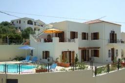 Фасад дома. Греция, Коккино Хорио : Прекрасная вилла с бассейном в 50 метрах от моря, 4 спальни, 3 ванные комнаты, барбекю, парковка, Wi-Fi